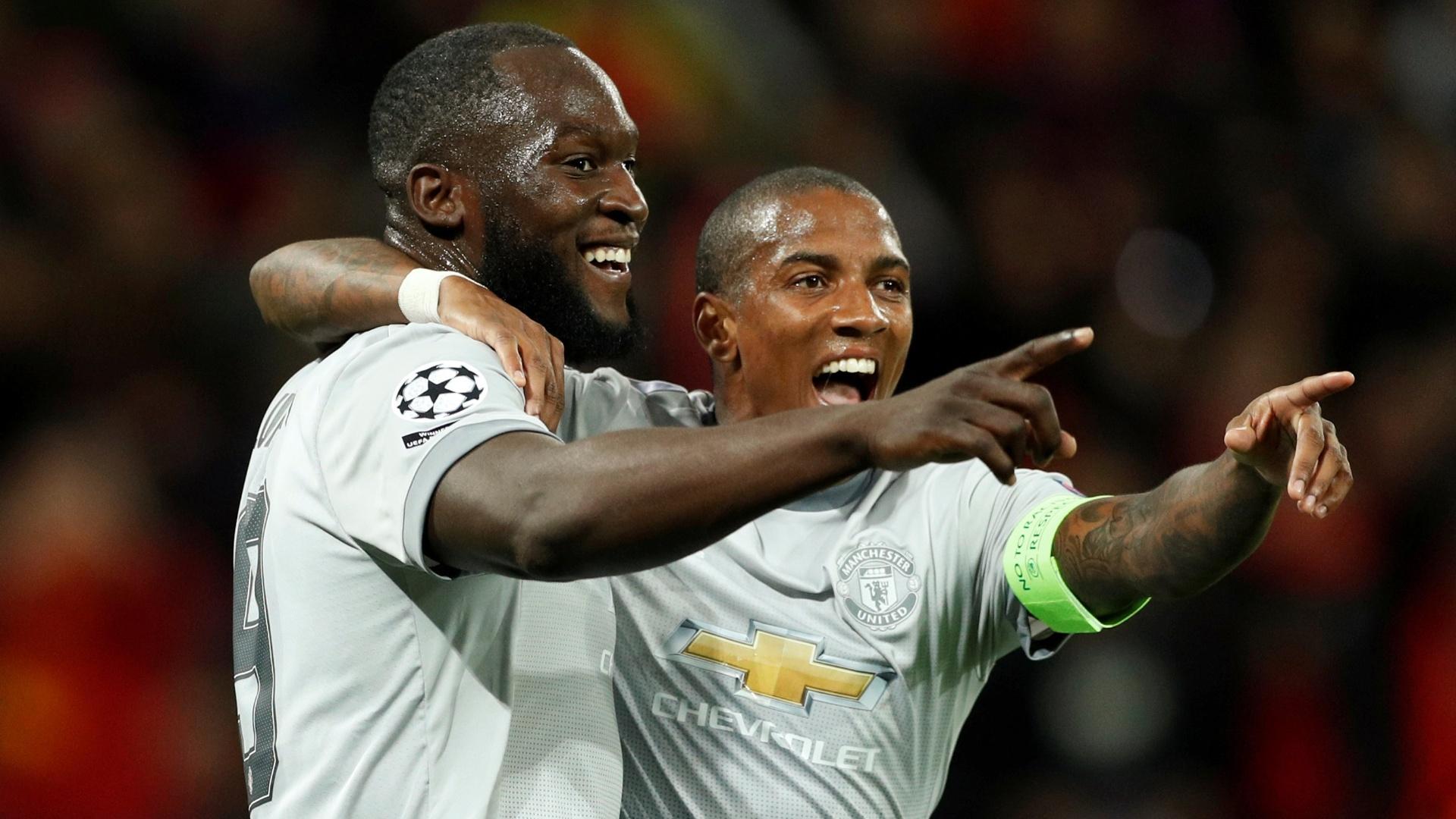 Lukaku e Young comemoram gol do Manchester United sobre o CSKA