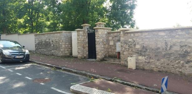 Portão de entrada da casa de Neymar em Bougival, perto de Paris
