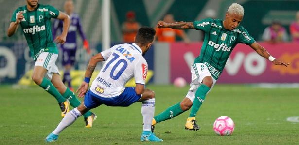 Tchê Tchê encara a marcação no jogo entre Palmeiras e Cruzeiro