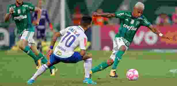 Tchê Tchê encara a marcação no jogo entre Palmeiras e Cruzeiro - Daniel Vorley/AGIF