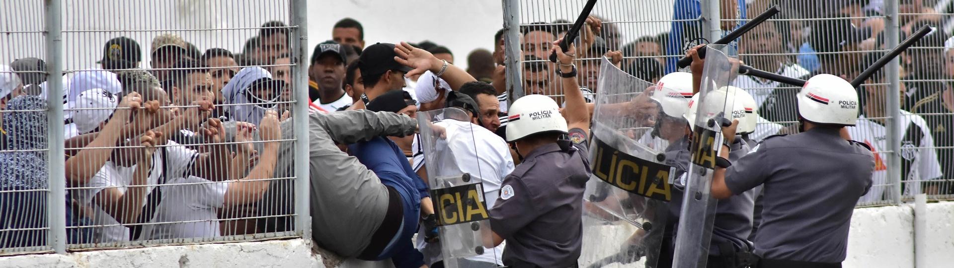 Policiais militares tentam impedir torcedores da Ponte Preta de invadir o campo contra o Vitória