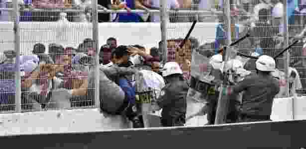 Policiais militares tentam impedir torcedores da Ponte Preta de invadir o campo contra o Vitória - EDUARDO CARMIM/AGÊNCIA O DIA/AGÊNCIA O DIA/ESTADÃO CONTEÚDO - EDUARDO CARMIM/AGÊNCIA O DIA/AGÊNCIA O DIA/ESTADÃO CONTEÚDO