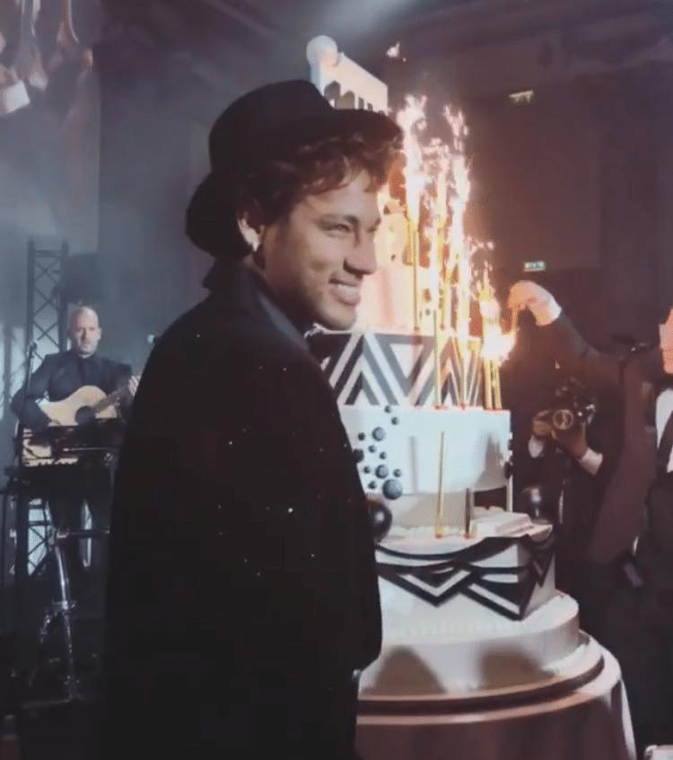 Neymar em frente ao seu bolo de aniversário de 26 anos