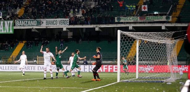 Funcionário do Avellino não gostou do tempo extra no jogo contra o Perugia (foto)