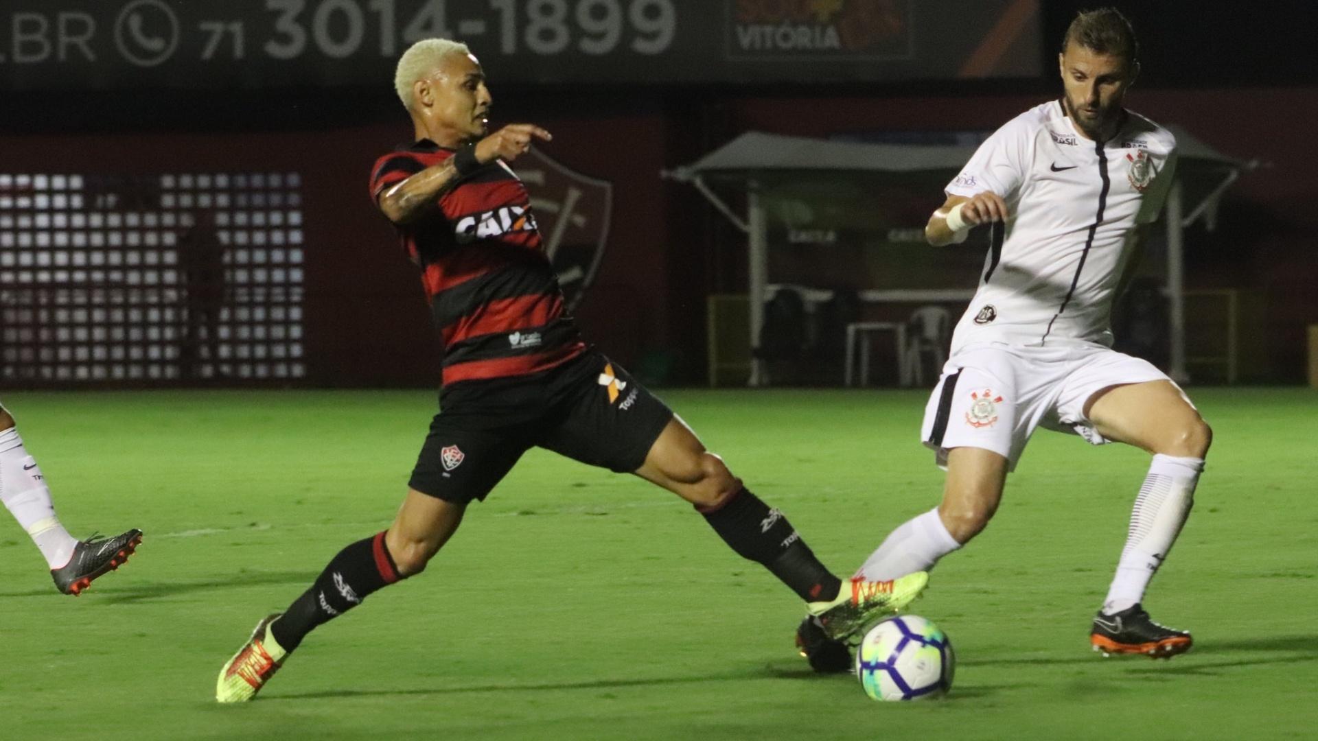 Neilton e Henrique disputam bola durante Vitória x Corinthians na Copa do Brasil