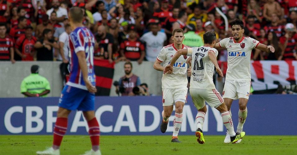 Jonas, Diego e Lucas Paquetá comemoram gol do Flamengo contra o Bahia pelo Campeonato Brasileiro