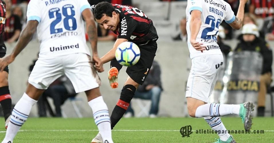 Pablo chuta para o gol e marca para o Atlético-PR diante do Grêmio em jogo pelo Campeonato Brasileiro de 2018