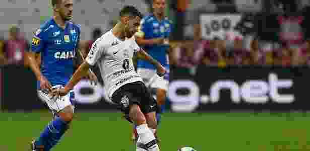 Gabriel toca bola durante primeiro tempo de Corinthians x Cruzeiro - Marcello Zambrana/AGIF - Marcello Zambrana/AGIF