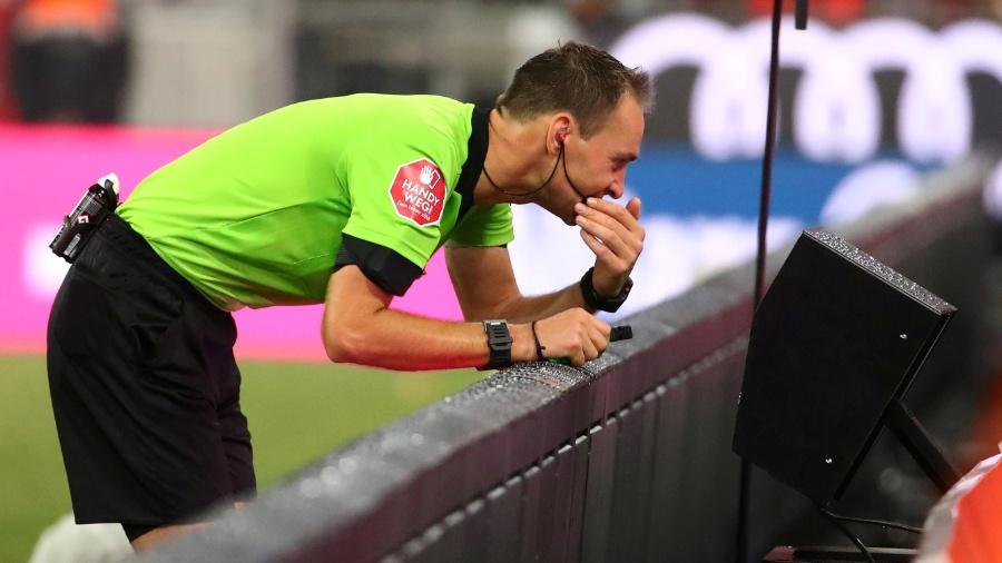 Árbitro revisa jogada com o auxílio do VAR no Campeonato Alemão - REUTERS/Michael Dalder