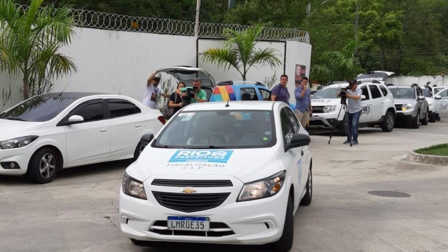 Carro da Prefeitura, um dos responsáveis pela fiscalização, chega ao CT Ninho do Ururbu, do Flamengo - Vinicius Castro/UOL