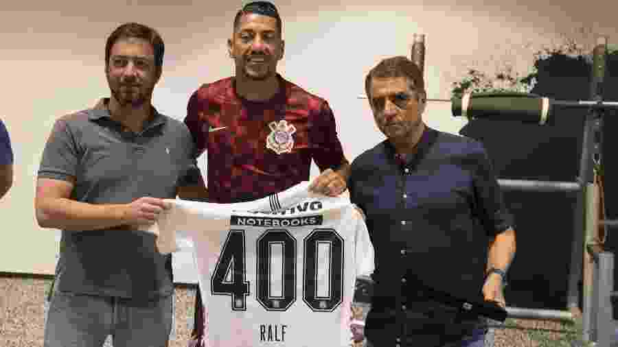 Jorge Kalil ao lado de Duílio Monteiro Alves em homenagem a Ralf no vestiário - Daniel Augusto Jr./Ag. Corinthians