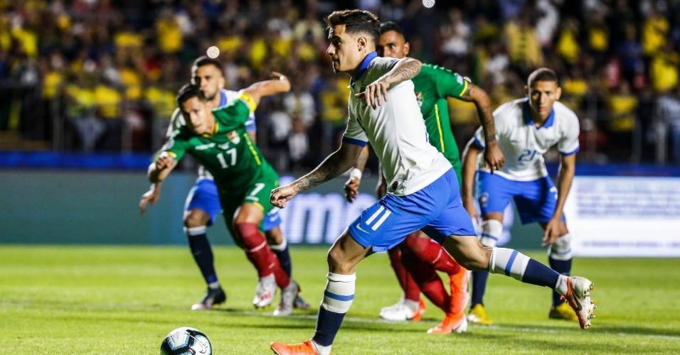 Philippe Coutinho cobra pênalti para o Barsil contra a Bolívia pela Copa América