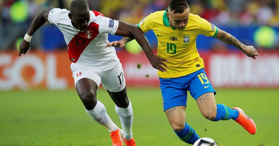 Everton Cebolinha disputa bola com o peruano Luis Advincula na final da Copa América entre Brasil e peru