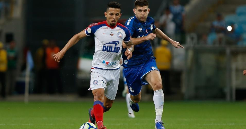 Walter Kannemann, do Grêmio, disputa lance com Gregore, do Bahia, durante partida pelo Campeonato Brasileiro
