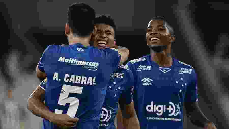 Éderson segue como dúvida para o jogo, enquanto Cacá (ao fundo) disputa vaga na defesa com Fabrício Bruno - Marcello Dias/Light Press/Cruzeiro