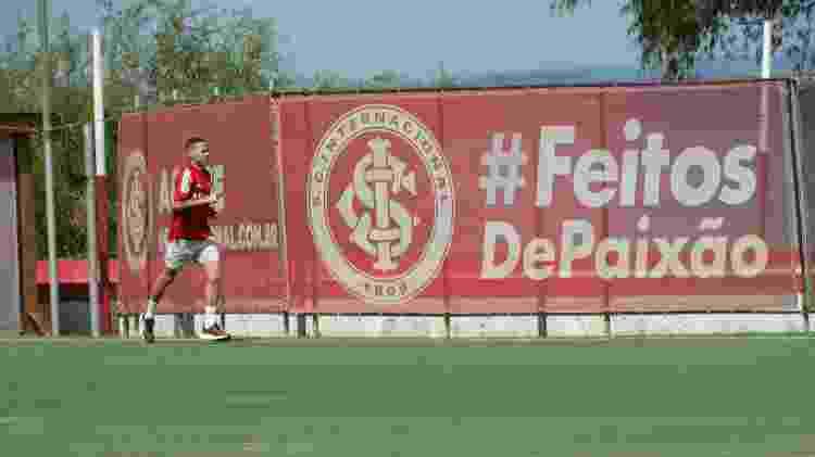 Marcos Guilherme corre no campo do CT Parque Gigante, no Inter - Marinho Saldanha/UOL - Marinho Saldanha/UOL