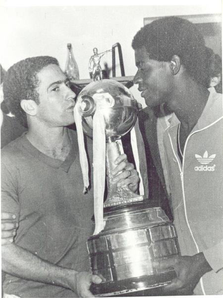 Palhinha (dir) e Vanderlei (esq) beijam o troféu da Libertadores em comemoração à conquista do Cruzeiro, em 1976 - Arquivo Cruzeiro