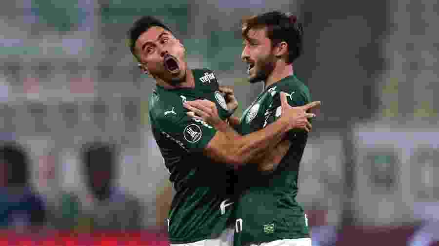 Willian e Viña comemoram na goleada do Palmeiras sobre o Bolívar - Amanda Perobelli - Pool/Getty Images