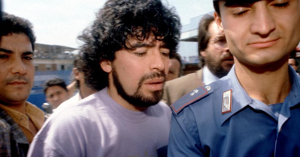 Diego Maradona, ex-jogador do Napoli, foi preso na Itália, acusado de uso de cocaína em 5 de setembro de 1989