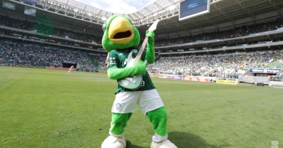 Periquito, mascote do Palmeiras, toca guitarra ao som de AC/DC em uma campanha publicitária de 2015