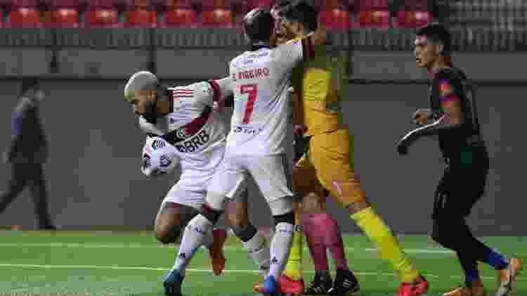 Gabigol tira a bola do goleiro Alexis Arias, do Unión La Calera, após marcar pelo Flamengo - Pablo Sanhueza - Pool/Getty Images - Pablo Sanhueza - Pool/Getty Images