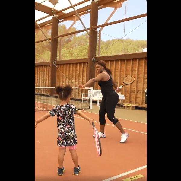 """Serena Williams compartilhou vídeo de """"aula"""" com a filha Alexis Olympia, de três anos"""
