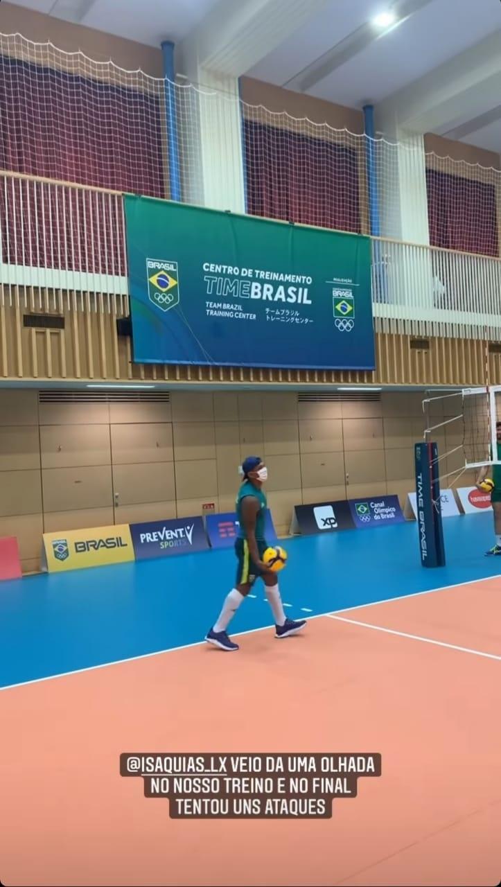 Isaquias Queiroz durante visita ao treino da seleção de vôlei