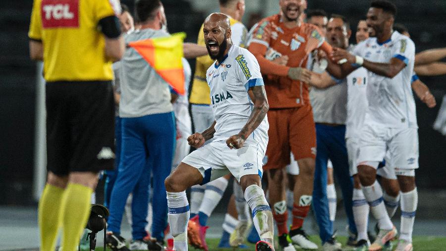 Bruno Silva comemora gol do Avaí contra o Botafogo, pela Série B - Jorge Rodrigues/AGIF