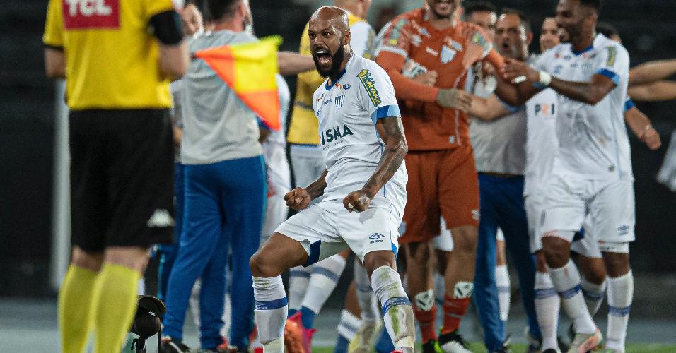 Bruno Silva comemora gol do Avaí contra o Botafogo, pela Série B