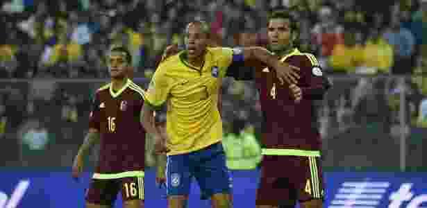 Miranda foi capitão da seleção com Dunga na ausência de Neymar - AFP PHOTO / LUIS ACOSTA