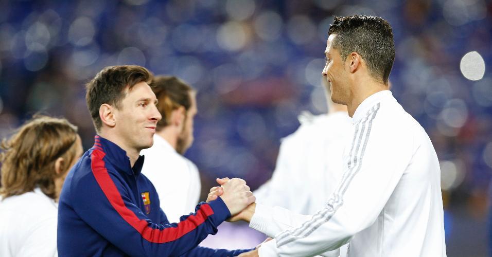 Lionel Messi cumprimenta Cristiano Ronaldo no clássico entre Barcelona e Real Madrid, pelo Campeonato Espanhol