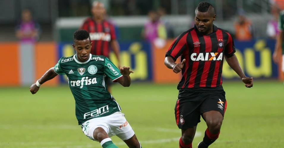 Tchê Tchê em ação pelo Palmeiras na partida contra o Atlético-PR