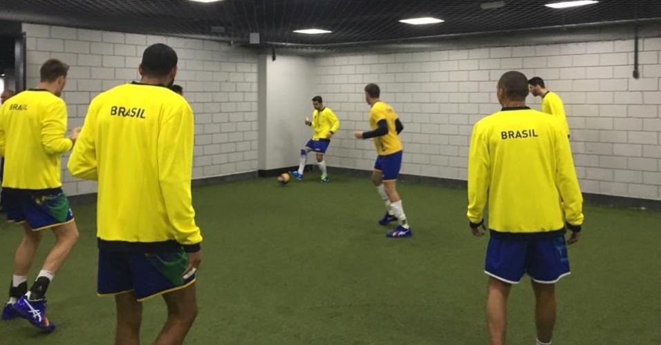 jogadores da seleção de vôlei masculino jogam futebol