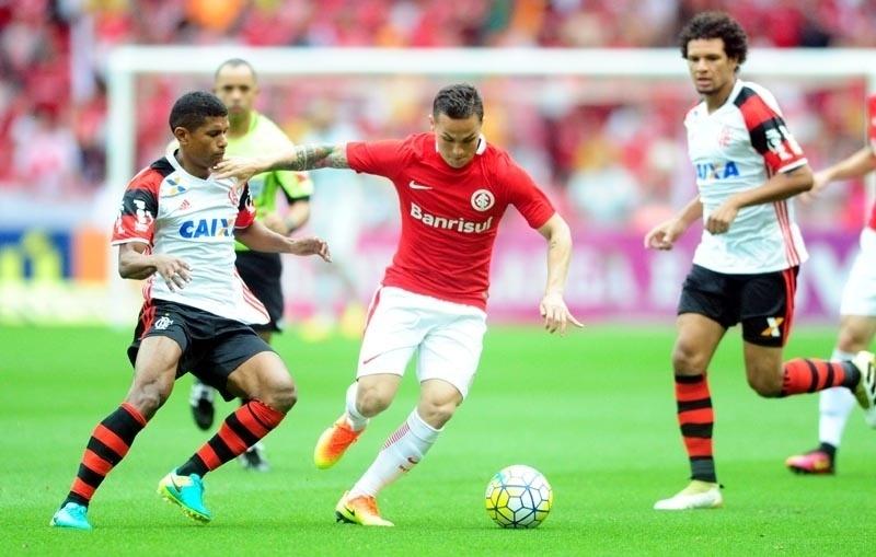 Seijas tenta se livrar da marcação de Márcio Araújo, durante a partida entre Flamengo e Internacional