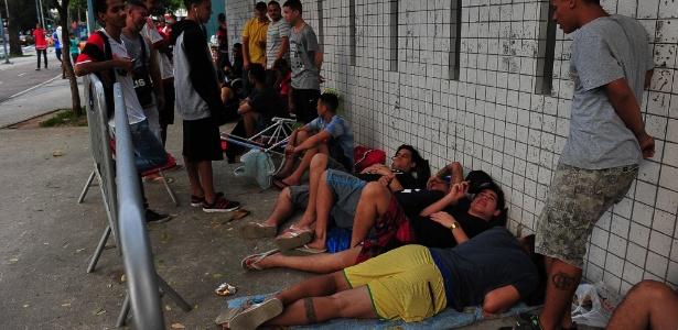 Torcedores do Flamengo chegaram a dormir na fila das bilheterias do Maracanã