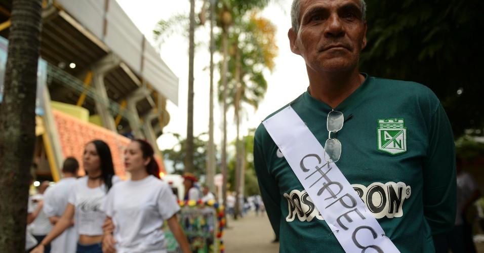 Colombianos prestam homenagem do lado de fora do estádio Atanasio Girardot, em Medellin, local que seria realizada a primeira partida da final da Copa Sul-Americana