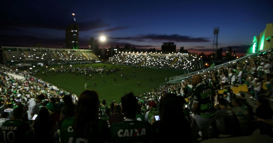 Torcedores da Chapecoense acompanham cerimônia na Arena Condá