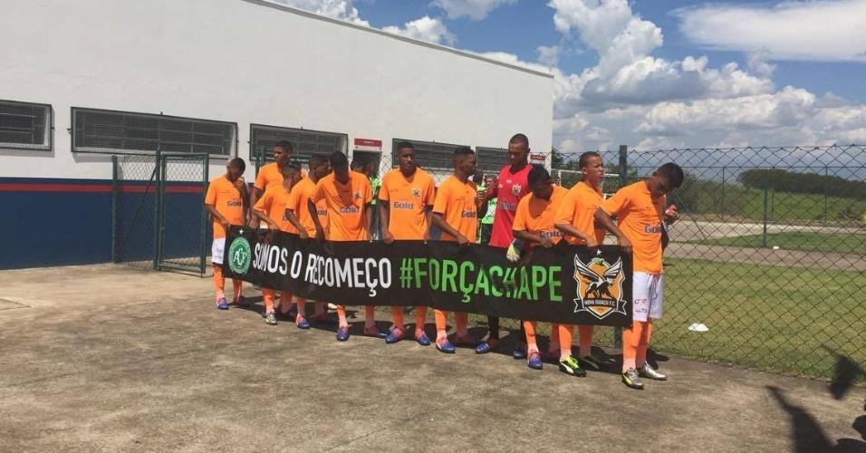 """Jogadores do Nova Iguaçu entram em campo para estreia na Copa São Paulo com faixa """"Somos o recomeço. #ForçaChape"""""""