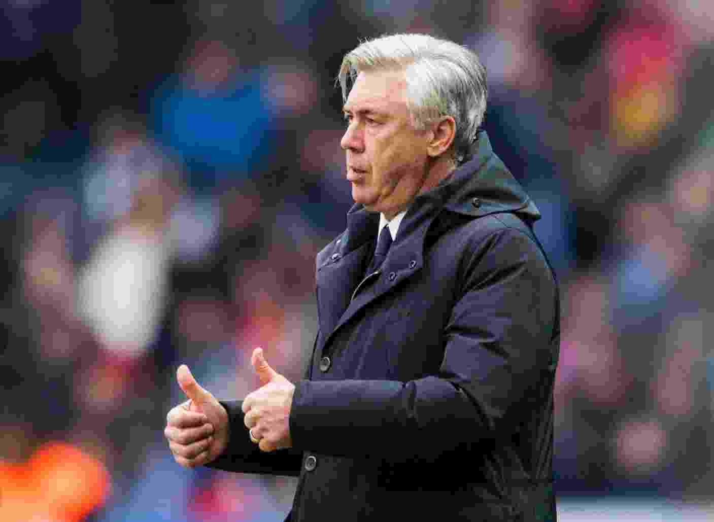 Carlo Ancelotti, técnico do Bayern, dirige o Bayern em partida contra o Hamburgo - ROBERT MICHAEL/AFP
