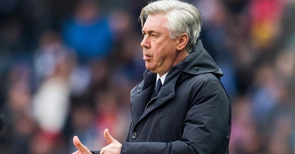 Carlo Ancelotti, técnico do Bayern, dirige o Bayern em partida contra o Hamburgo