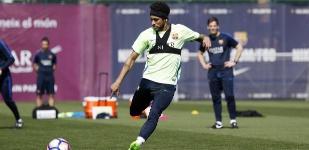 Neymar participa de último treinamento do Barça antes de jogo contra o Valencia