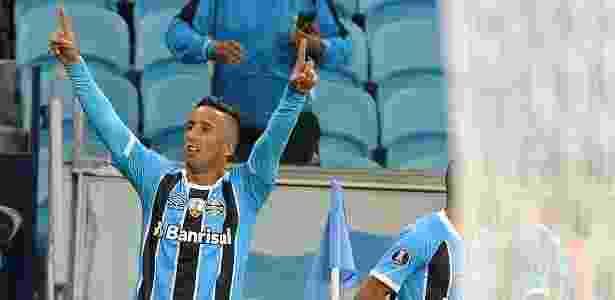 Lucas Barrios abriu o placar para o Grêmio contra o Guaraní - Ricardo Rímoli/AGIF