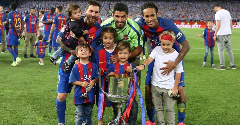 Neymar posa para foto com seu filho, Messi e Suárez
