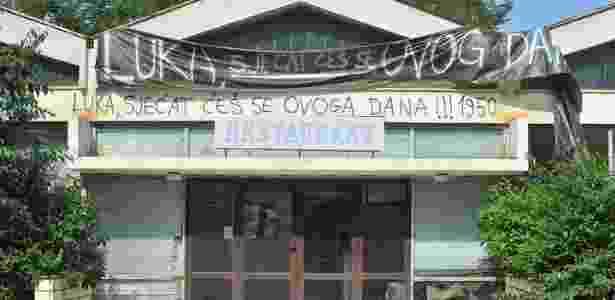 Pichação e faixa de protesto contra Modric em hotel na Croácia - Reprodução/Twitter - Reprodução/Twitter