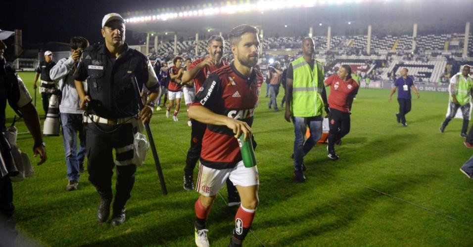 Diego deixa o gramado para fugir da confusão durante a partida entre Flamengo e Vasco