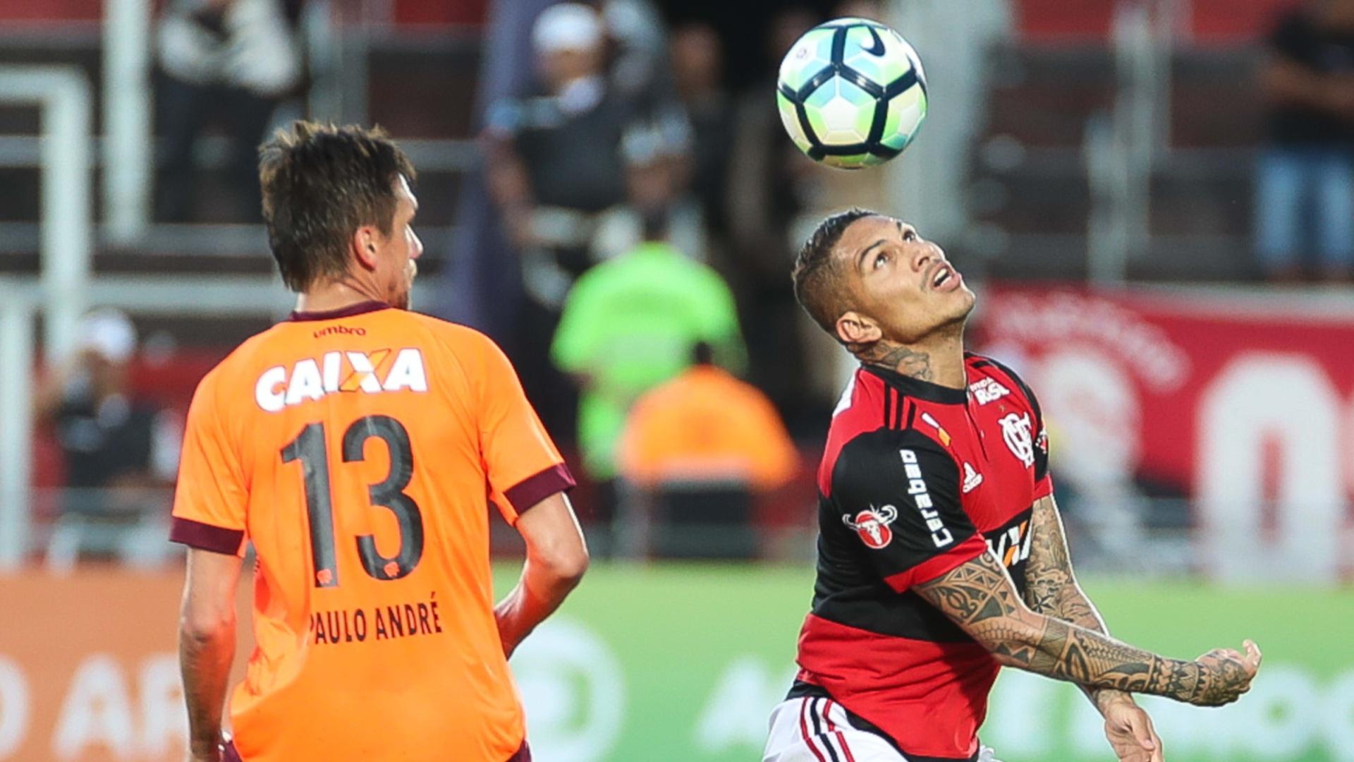 Paulo André observa domínio de bola de Guerrero na vitória do Flamengo sobre o Atlético-PR