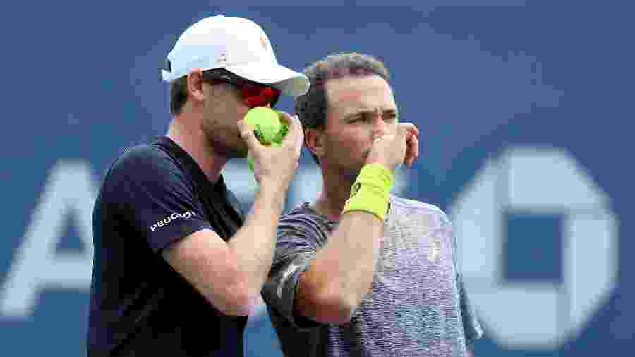 Jamie Murray e Bruno Soares conversam durante a estreia no Aberto dos EUA - Richard Heathcote/Getty Images