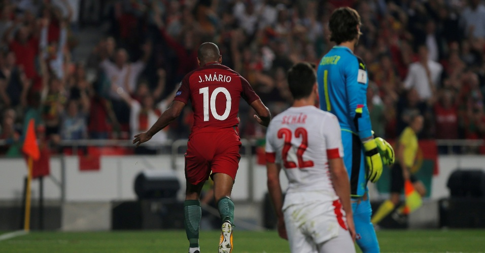 João Mario comemora o gol contra marcado pela Suíça que colocou Portugal à frente no placar
