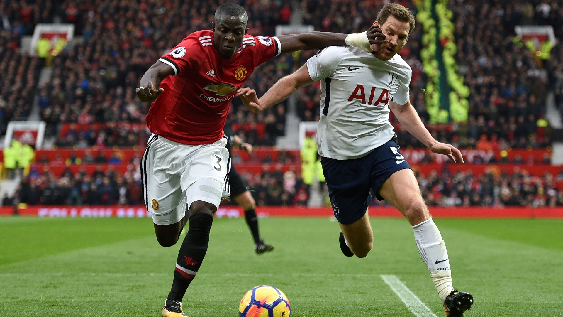 Bailly (esq.), do United, disputa bola com Vertonghen, do Tottenham