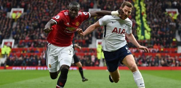 Bailly (esq) pode desfalcar o Manchester United pelos próximos três meses